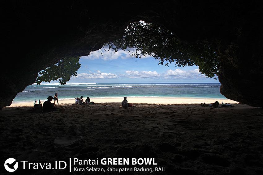 Ceruk Goa di Pantai Green Bowl Bali