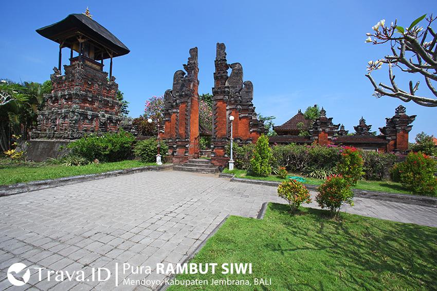 Gerbang dan Bale Kulkul di Pura Rambut Siwi Bali