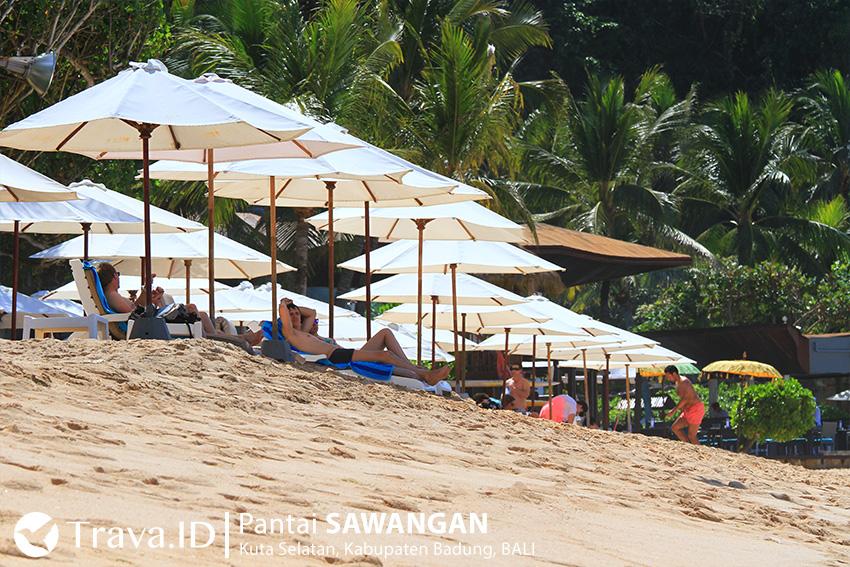 Wisatawan bersantai di Pantai Sawangan.
