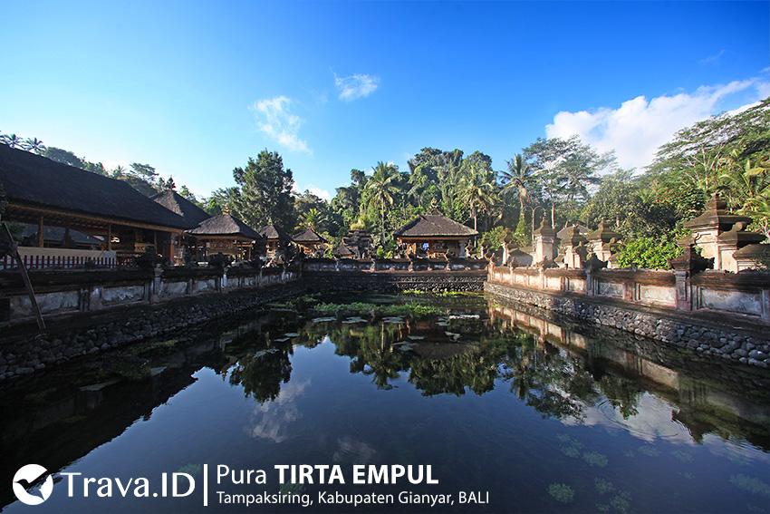 Kolam Mata Air Suci di Pura Tirta Empul Bali