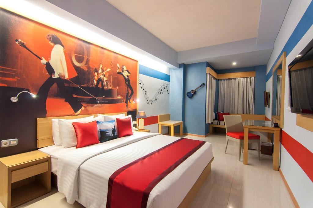 rhadana-hotel-di-kuta-bali-interior-musik-queen-1