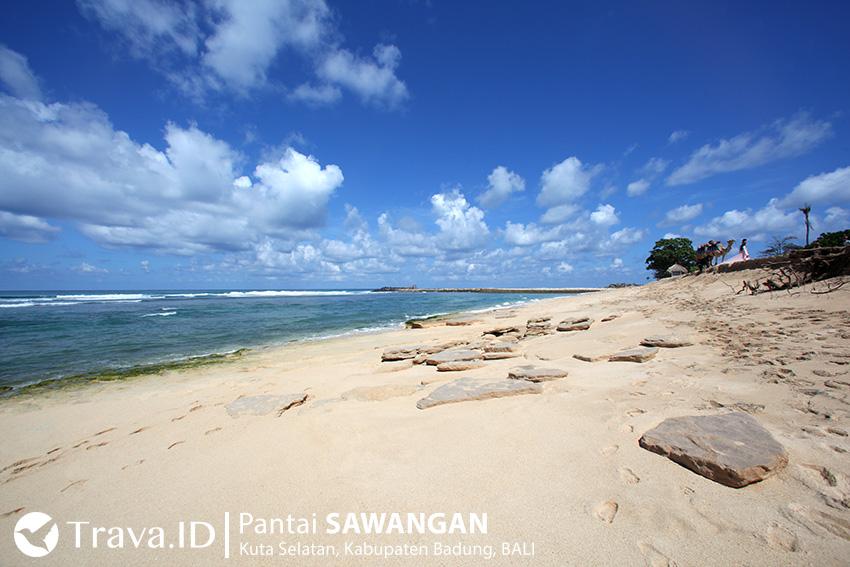 Gugusan karang di Pantai Sawangan.